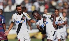 Riascos comemora com Nenê o primeiro gol do Vasco no Carioca Foto: Márcio Alves / Agência O Globo