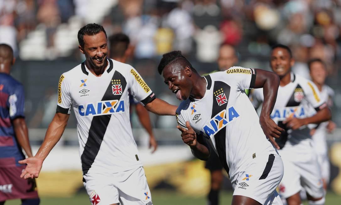 Riascos comemora com Nenê o primeiro gol do Vasco no Carioca Márcio Alves / Agência O Globo