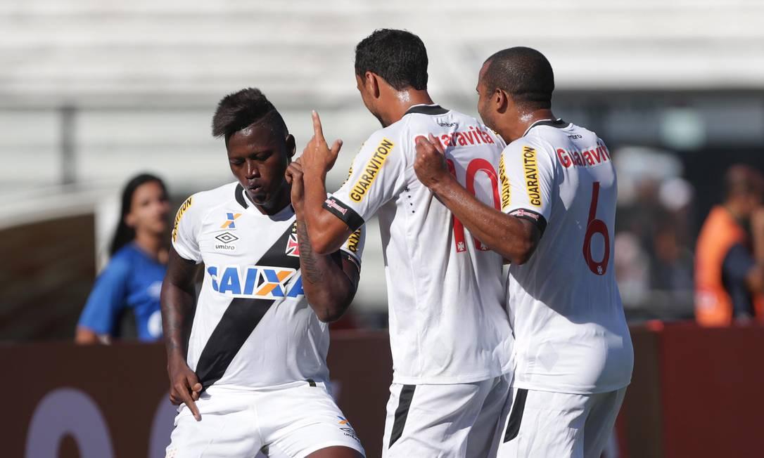 Riascos, Nenê e Julio Cesar comemoram o gol que abriu o placar Márcio Alves / Agência O Globo