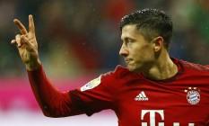 Lewandowski celebra seu segundo gol na vitória do Bayern de Munique sobre o Hoffenheim Foto: Matthias Schrader / AP