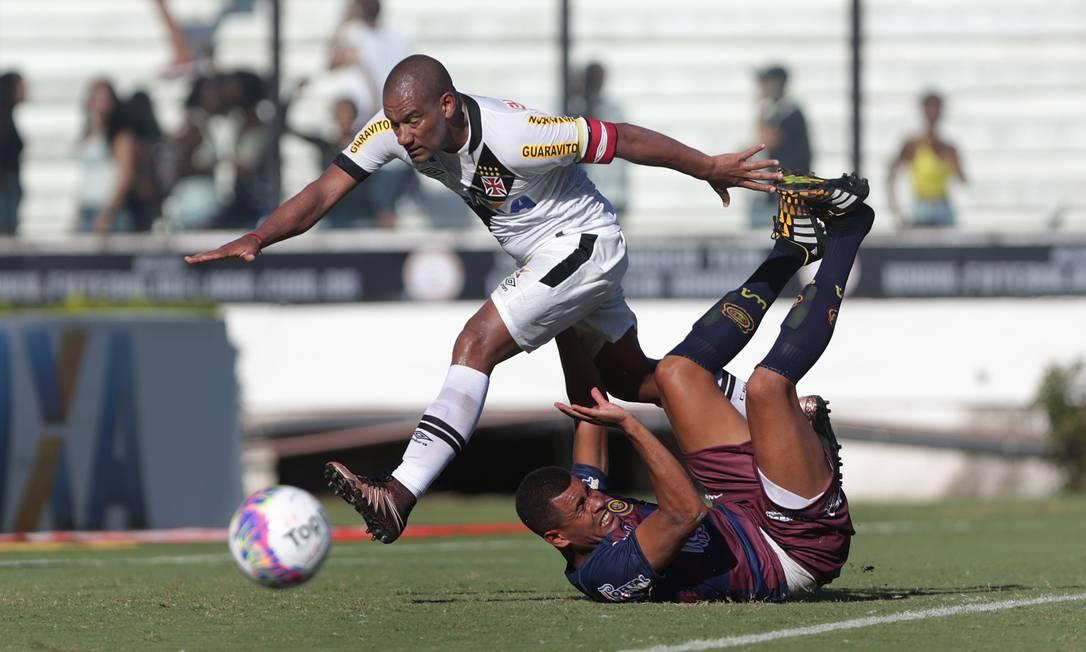 Zagueiro e capitão Rodrigo disputa a bola com jogador do Madureira Márcio Alves/Agência O Globo