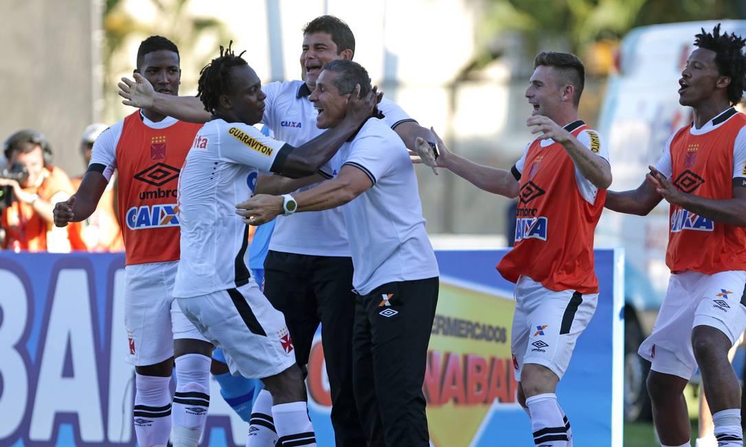 O técnico Jorginho abraça Andrezinho após o segundo gol Márcio Alves / Agência O Globo