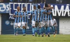 Jogadores do Grêmio comemoram um dos gols da vitória sobre o Brasil de Pelotas Foto: Divulgação - Grêmio