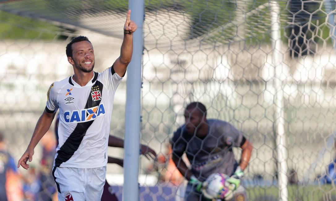 De pênalti, Nenê marcou o terceiro do Vasco Márcio Alves / Agência O Globo