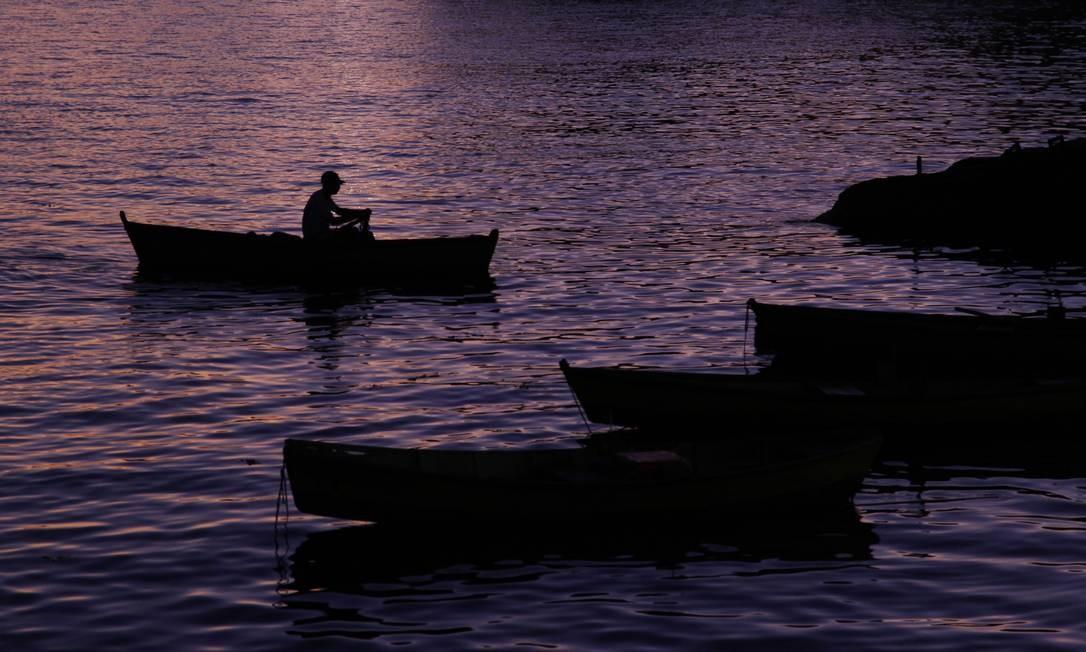 Pescador sai pela manhã na Praça Quinze Foto: Pedro Teixeira / Agência O Globo