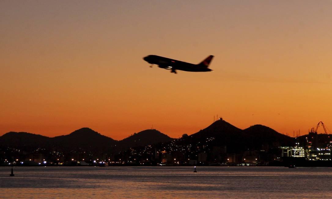 Avião decola do Aeroporto Santos Dumont Foto: Pedro Teixeira / Agência O Globo