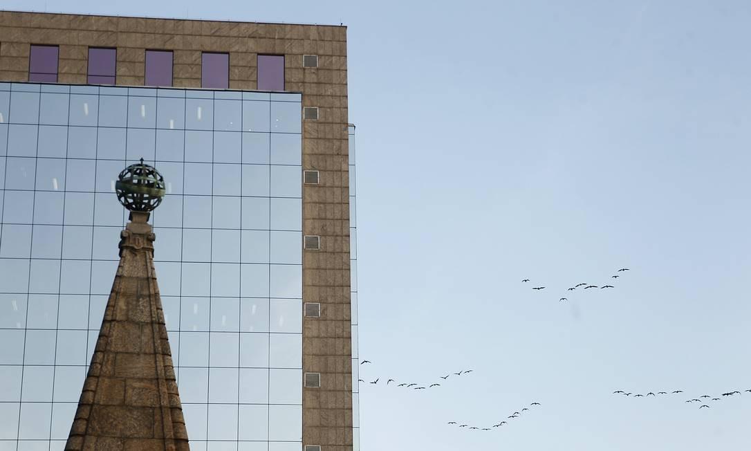 Pássaros voam ao lado de prédio no Centro do Rio Foto: Pedro Teixeira / Agência O Globo