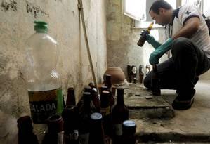 Agente de saúde combate o mosquito Aedes aegypti em imóveis do Centro do Rio Foto: Gabriel de Paiva / Agência O Globo