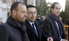 O ex-presidente do Barcelona Sandro Rosell e o atual comandante do clube, Josep Maria Bartomeu, ao deixarem a Audiência Nacional, na Espanha, onde prestaram depoimento Foto: ANDREA COMAS / REUTERS