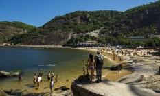 Altas temperaturas marcam o verão. Cariocas e turistas aproveitam o sol nesta segunda-feira na praia Vermelha Foto: Daniel Marenco / Agência O Globo