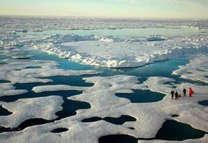 Cientistas andam sobre plataforma de gelo no Ártico: degradação avançada Foto: Jeremy Potter/Noaa