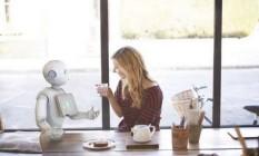 Funcionário-robô Pepper interage com pessoas Foto: Divulgação