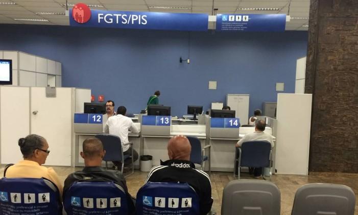 Atendimento na Agência da Caixa Econômica Federal para trabalhadores que querem resgatar o FGTS Foto: Pollyanna Brêtas / Agência O Globo / / 22/01/2016