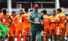 Eduardo Baptista com o elenco do Fluminense: dificuldade para achar um time Foto: Nelson Perez / Fluminense F.C.