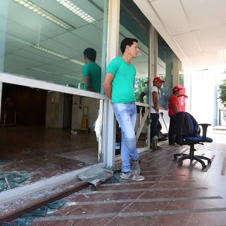 Vidros foram quebrados durante invasão de manifestantes no Ministério do Desenvolvimento Agrário Foto: Michel Filho / Agência O Globo