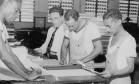 Lei. Funcionários do Congresso preparam as capas de duas cópias da Constituição de 1946 Foto: 18/09/1946 / Agência O GLOBO