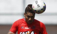 Guerrero cabeceia durante treino na Gávea Foto: Gilvan Souza