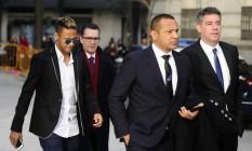 Neymar chega ao tribunal acompanhado do pai (à frente) Foto: CURTO DE LA TORRE / AFP