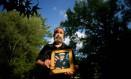 Pai de comandante Job Price segura retrato do filho Foto: The New York Times