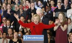 Pré-candidata democrata Hillary Clinton é aplaudida pelo marido, o ex-presidente Bill Clinton, e pela filha, Chelsea, durante o caucus em Iowa Foto: ADREES LATIF / REUTERS