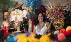 Frequentadora do baile há 22 anos, Liliana Rodriguez expõe fantasias que usou de 2006 para cá Foto: Agência O Globo / Hermes de Paula