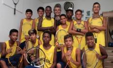 Marcus Fonseca (ao fundo) e seus alunos no projeto Tênis Para Todos: turma com potencial. Foto: Freelancer / Fernanda Dias / Agência O Globo