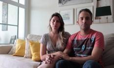 Danos materiais . O casal Robson Ferreira e Barbara Gargone perdeu o ar-condicionado em uma das quedas de luz Foto: Fernanda Dias / Agência O Globo