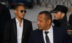 Neymar chegou acompanhado do pai ao tribunal espanhol Foto: Francisco Seco / AP