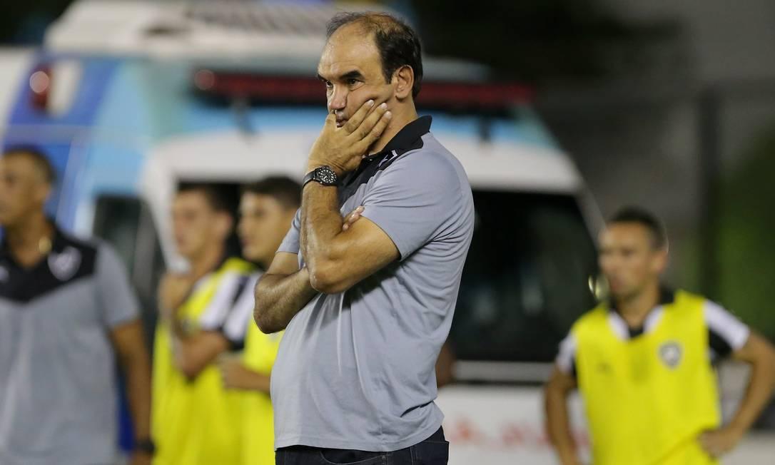 Ricardo Gomes, técnico do Botafogo, observa o jogo contra a Portuguesa Marcelo Theobald / Agência O Globo