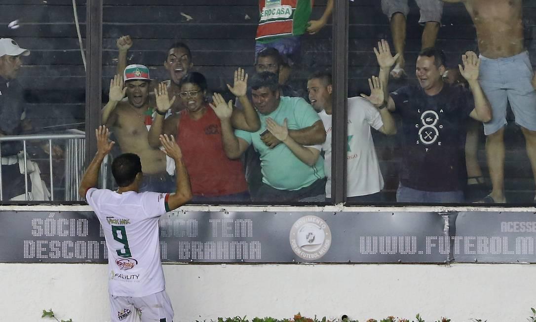 Rafael Paty comemora com a torcida o gol da Portuguesa Marcelo Theobald / Agência O Globo