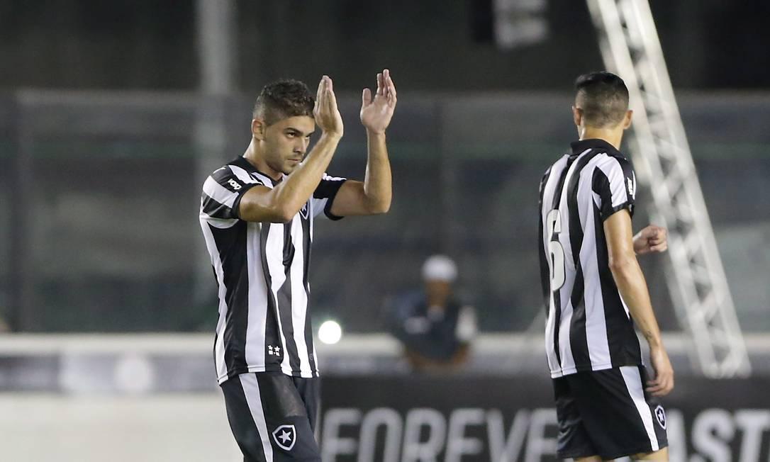 Gegê aplaude a torcida ao abrir o placar para o Botafogo Marcelo Theobald / Agência O Globo