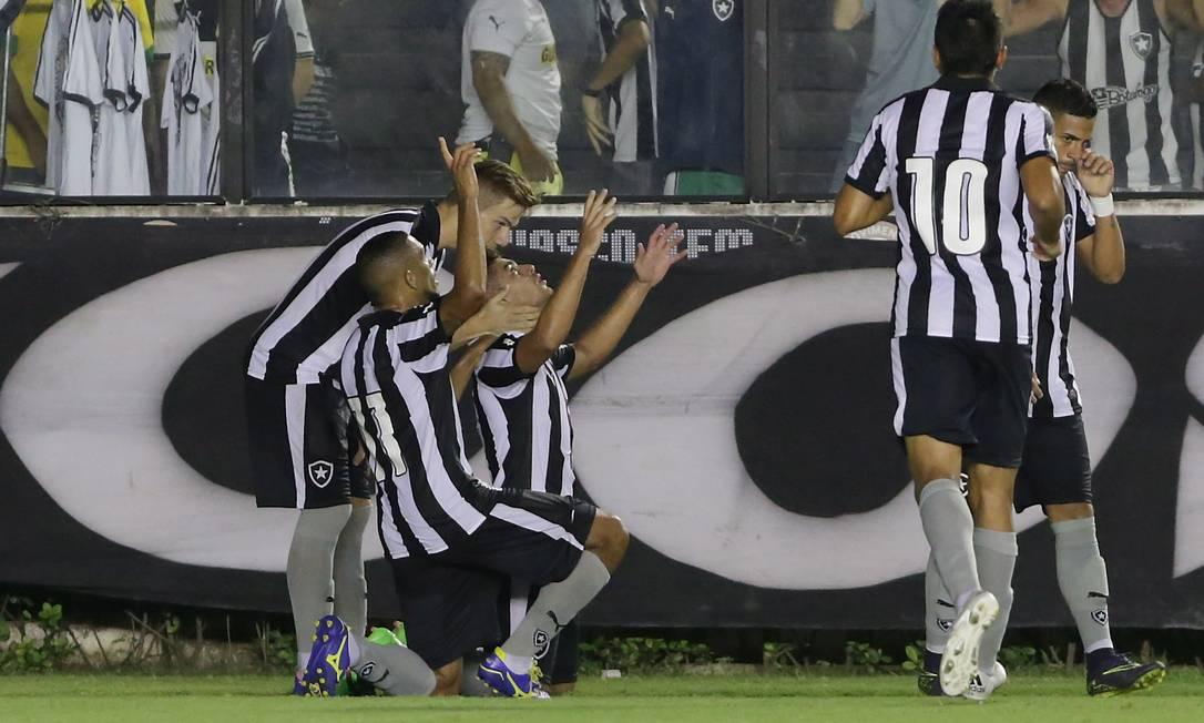 Gegê é abraçado por Luis Henrique ao abrir o placar para o Botafogo Marcelo Theobald / Agência O Globo
