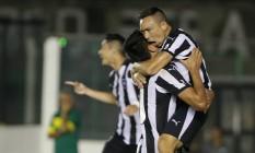 Lizio é abraçado por Gervasio Nuñez ao fazer o gol da vitória alvinegra Foto: Marcelo Theobald / Agência O Globo
