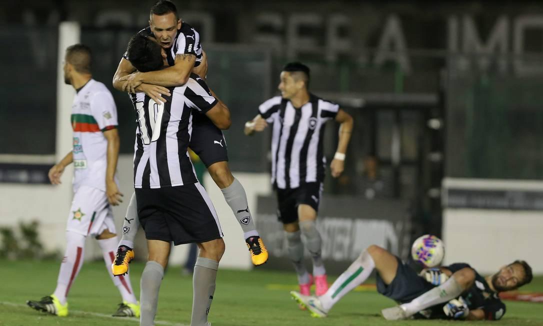 Lizio é abraçado por Gervasi Nuñez ao marcar o gol da vitória do Botafogo Marcelo Theobald / Agência O Globo