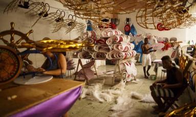 Atelier da escola de samba Vizinha Faladeira Foto: Daniel Marenco / Agência O Globo