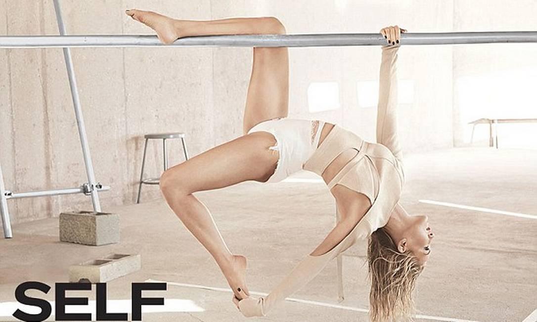"""Você pode até não reconhecer, mas essa aí, com jeito de ginasta, é nada mais nada menos que Kate Hudson, atriz de 36 anos que estrela um ensaio para a revista """"Self"""" mostrando como a flexibilidade e corpo estão em dia Divulgação / Jason Kibbler for SELF"""