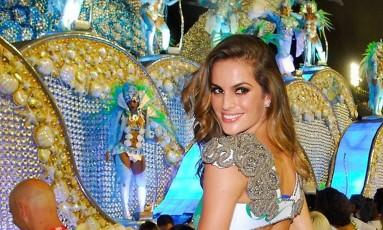 """IZABEL GOULART: """"Ano passado foi a primeira vez que consegui estar no Brasil na época do carnaval, pois sempre coincide com a semana de moda. Foi um momento marcante, pois fui para o Rio de Janeiro assistir pela primeira vez aos desfiles e pude sentir a vibração e a emoção que é a festa. É muito lindo ver as pessoas se unindo para curtir bons momentos juntos"""" Foto: Divulgação / Melina Tavares"""