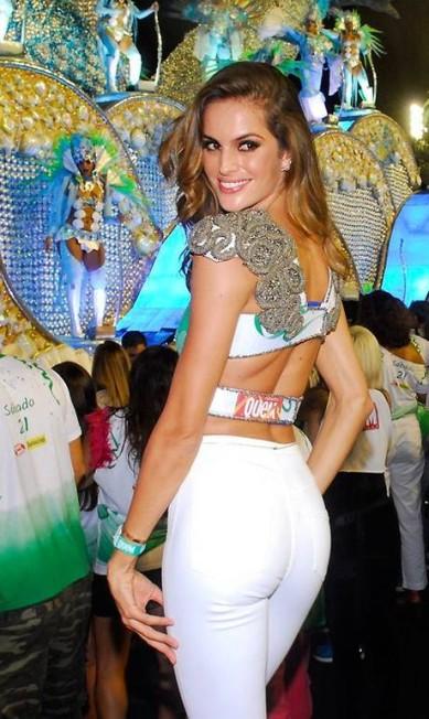 """IZABEL GOULART: """"Ano passado foi a primeira vez que consegui estar no Brasil na época do carnaval, pois sempre coincide com a semana de moda. Foi um momento marcante, pois fui para o Rio de Janeiro assistir pela primeira vez aos desfiles e pude sentir a vibração e a emoção que é a festa. É muito lindo ver as pessoas se unindo para curtir bons momentos juntos"""" Divulgação / Melina Tavares"""