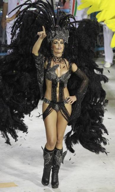 """ANA HICKMANN: """"Em São Paulo, foi em 2011, primeiro ano que eu fui madrinha, e a escola ganhou o título. No Rio, foi em 2012, quando usei uma fantasia de Cisne Negro (foto). Foi meu melhor desfile pela Grande Rio"""" Fábio Rossi / Agência O Globo"""