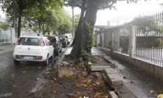 Obra parada. Diminuição da calçada para construção de baias não terminou na Henrique Cordeiro Foto: Fabio Rossi / Fábio Rossi