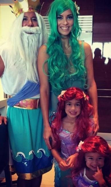 Mãezona, Adriana Lima planejou sua fantasia para o Halloween 2015 em conjunto com o marido e suas 'pequenas sereias' Reprodução do Instagram/Adriana Lima