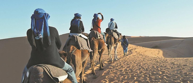 Caravana: grupo avança pelas dunas de Erg Chebbi Foto: Silvia Amorim / Agência O Globo