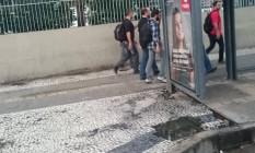 Buraco com água acumulada em ponto de ônibus na Avenida Presidente Vargas, no Centro Foto: Foto do leitor Rodrigo Neto / Eu-Repórter