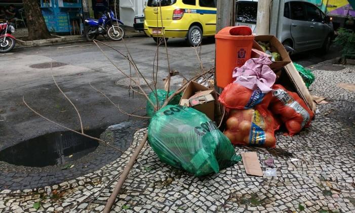 Afundamento no asfalto cria poça em bueiro em Laranjeiras Foto: Foto da leitora Maria Angelica Monnerat Alves / Eu-Repórter