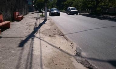 Asfalto de calçada já está no mesmo nível da rua em São Francisco, Niterói Foto: Foto do leitor Pietro Bruno / Eu-Repórter