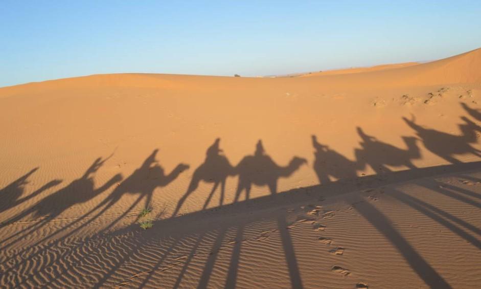Caravana pelo Saara: montados em dromedários, turistas passeiam pelas dunas de Erg Chebbi, no Marrocos. Mas paisagens do país vão além do deserto Foto: Silvia Amorim / Agência O Globo