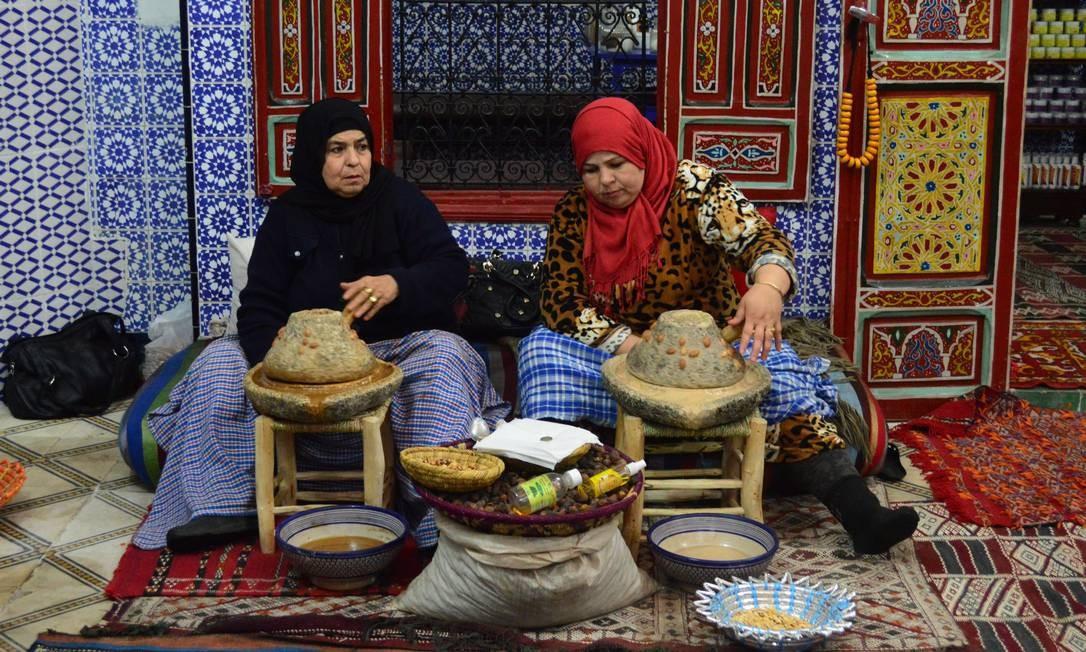 Mulheres marroquinas preparam o óleo de argan numa farmácia de produtos naturais, uma das muitas lojas da medina de Marrakech Foto: Silvia Amorim / Agência O Globo
