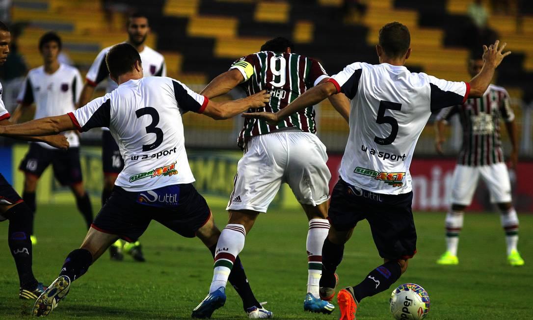 Fred sofre com a marcação do Bonsucesso Divulgação - Fluminense