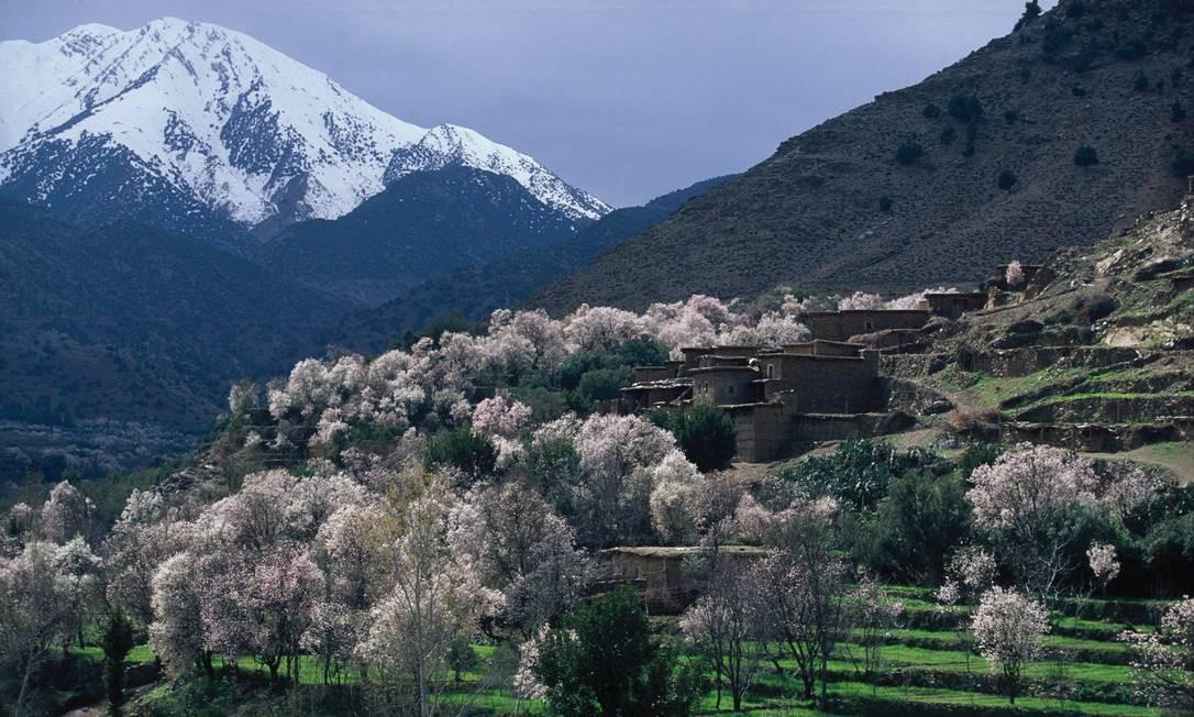 Para chegar ao Saara, o viajante deve cruzar a Cordilheira do Atlas, onde é impossível não se surpreender com as montanhas de picos nevados, os campos verdes e as árvores floridas Foto: Turismo do Marrocos / Divulgação