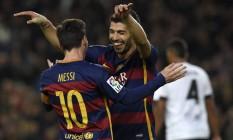 Suárez, autor de quatro gols, abraça Messi, que marcou três: massacre catalão Foto: LLUIS GENE / AFP